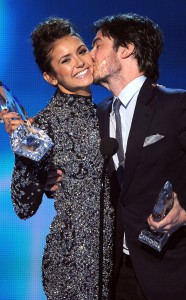 rs_634x1024-140108195655-634.Nina-Dobrev-Ian-Somerhalder-Peoples-Choice-Awards-Kiss.ms.010814